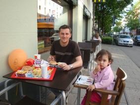 Babasi & Nisa yemekte
