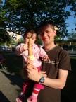 Nisa babasinin dondurmasindan aliyor