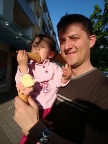 Nisa babasinin dondurmasindan yiyor