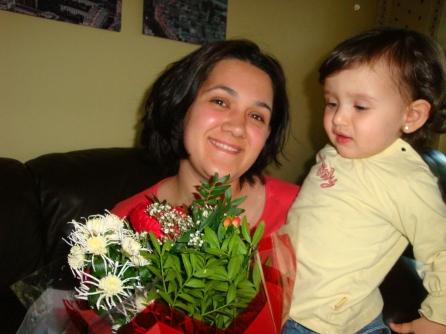 Nisa, annesine anneler günü hediyelerini verirken